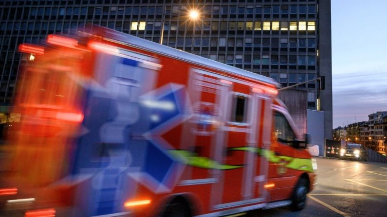 Foto de archivo de una ambulancia. (FABRICE COFFRINI/AFP/Getty Images)