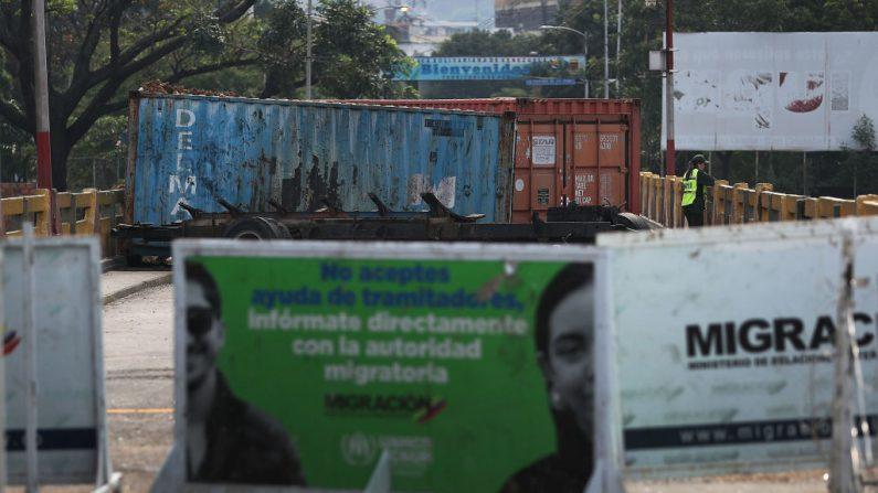 Un guardia fronterizo venezolano es visto junto a contenedores marítimos que bloquean el puente internacional Simón Bolívar, que conecta Cúcuta con la ciudad venezolana de San Antonio del Táchira el 3 de marzo de 2019 en Cúcuta, Colombia. (Joe Raedle/Getty Images)