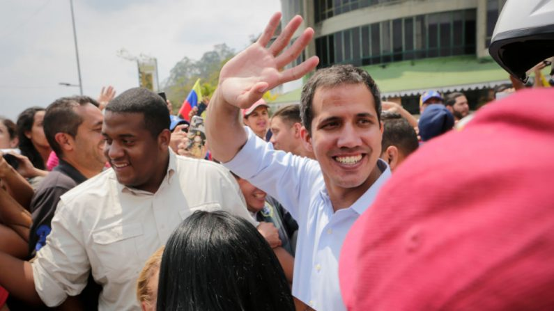 El presidente encargado venezolano Juan Guaidó saluda a sus partidarios durante una manifestación el 30 de marzo de 2019 en San Antonio de los Altos, Venezuela. (Eva Marie Uzcategui/Getty Images)