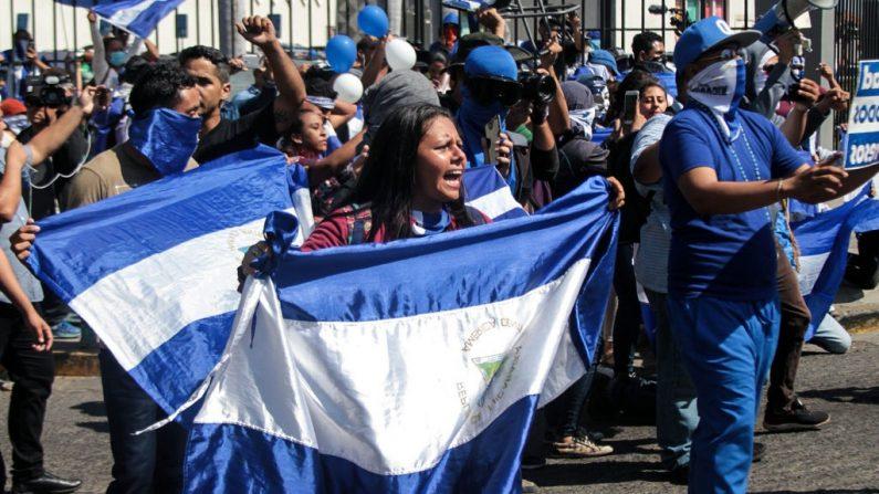 """Oposición participa en una """"sentada nacional"""" contra el régimen de Daniel Ortega, convocada por el frente unido de la oposición """"Unidad Nacional Azul y Blanca"""" en Managua el 30 de marzo de 2019. (MAYNOR VALENZUELA/AFP/Getty Images)"""