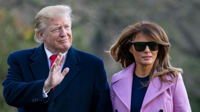 El presidente de Estados Unidos Donald Trump y la primera dama Melania Trump abandonaron el Marine One en el jardín sur de la Casa Blanca el 31 de marzo de 2019 en Washington, D.C. (Tasos Katopodis-Pool/Getty Images)