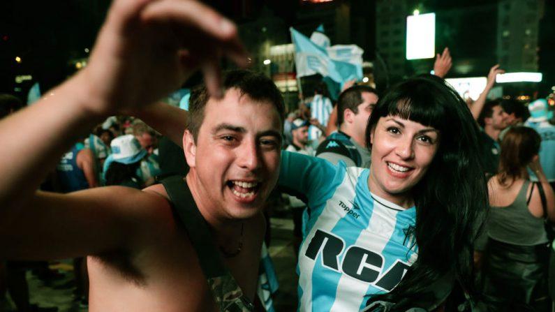 Los seguidores del Racing Club celebran después de ganar el torneo de fútbol de la Superliga de Primera División de Argentina, en el Obelisco de Buenos Aires, el 31 de marzo de 2019. (ALEJANDRO PAGNI/AFP/Getty Images)