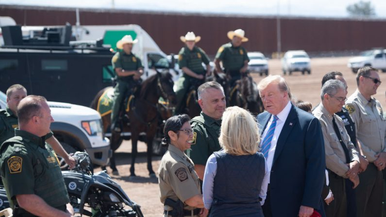 El presidente de los Estados Unidos, Donald Trump, habla con la secretaria de Seguridad Nacional de los EE. UU, Kirstjen Nielsen (C) mientras recorre el muro fronterizo entre los Estados Unidos y México en Calexico, California, el 5 de abril de 2019. - El presidente Donald Trump aterrizó en California para ver las cercas recién construidas en el mexicano (SAUL LOEB/AFP/Getty Images)
