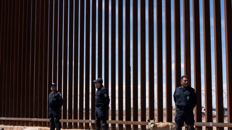 La policía federal de México hace guardia en la valla fronteriza entre México y Estados Unidos cuando el presidente Donald Trump visita Calexico, California, como se ve desde Mexicali, estado de Baja California, México, el 5 de abril de 2019. (GUILLERMO ARIAS/AFP/Getty Images)
