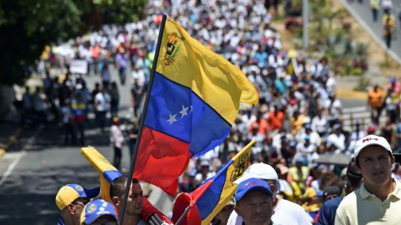 Los partidarios del líder venezolano y presidente interino Juan Guaidó participan en una demostración en Caracas el 6 de abril de 2019. (YURI CORTEZ/AFP/Getty Images)