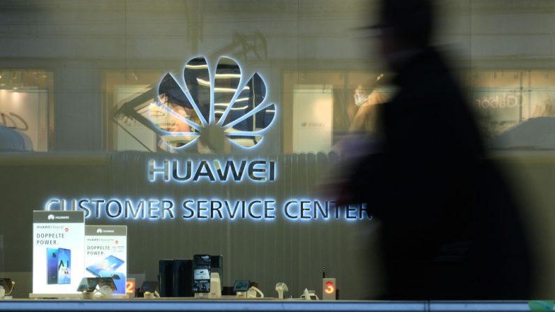 Un hombre pasa frente a un centro de servicio al cliente de Huawei el 12 de marzo de 2019 en Berlín, Alemania. (Sean Gallup/Getty Images)
