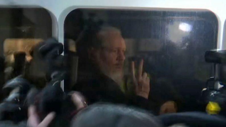 Un video tomado de las imágenes de AFP TV muestra al fundador de WikiLeaks, Julian Assange, mientras es conducido por la Policía Británica a la Corte de Magistrados de Westminster en Londres el 11 de abril de 2019. (AFP/Getty Images)