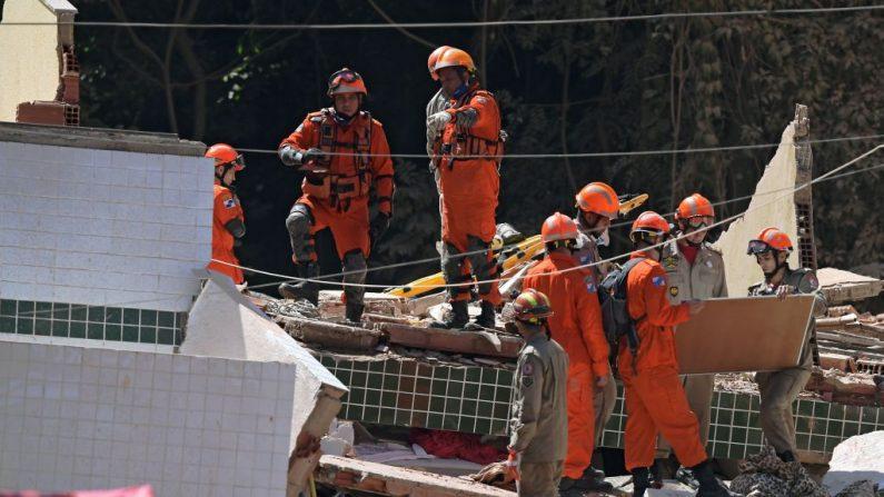 Trabajadores de rescate en el sitio donde dos edificios colapsaron en Muzema, Río de Janeiro, Brasil, el 12 de abril de 2019.  (CARL DE SOUZA/AFP/Getty Images)