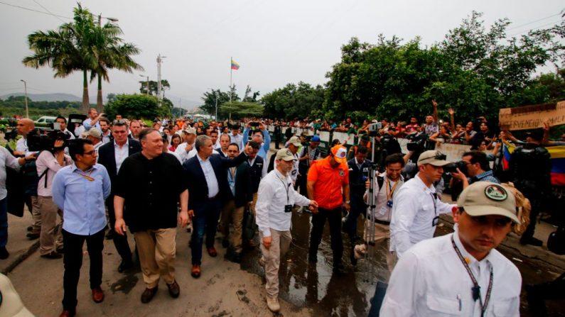 El secretario de Estado de los Estados Unidos, Mike Pompeo (camisa negra), y el presidente colombiano Ivan Duque (C) visitan el puente internacional Simón Bolívar en Cúcuta, departamento de Norte del Santander, Colombia, en la frontera con Venezuela, el 14 de abril de 2019. (SCHNEYDER MENDOZA/AFP/Getty Images)
