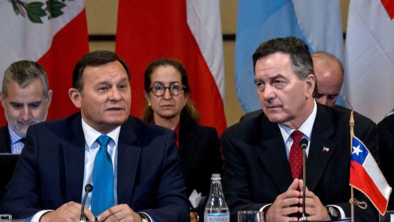 El Ministro de Relaciones Exteriores de Perú, Néstor Francisco Popolizio (izq.), y su homólogo chileno, Roberto Ampuero, asisten a una reunión del Grupo Lima sobre la crisis venezolana, en Santiago, el 15 de abril de 2019. (MARTIN BERNETTI/AFP/Getty Images)