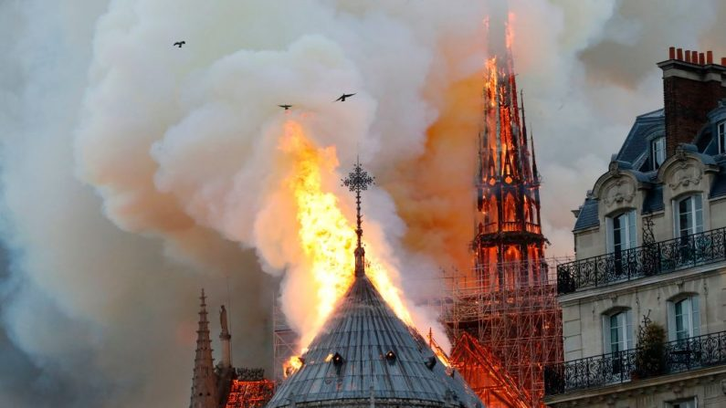 Humo y llamas se elevan durante un incendio en la histórica Catedral Notre-Dame, en el centro de París, el 15 de abril de 2019. (FRANCOIS GUILLOT/AFP/Getty Images)