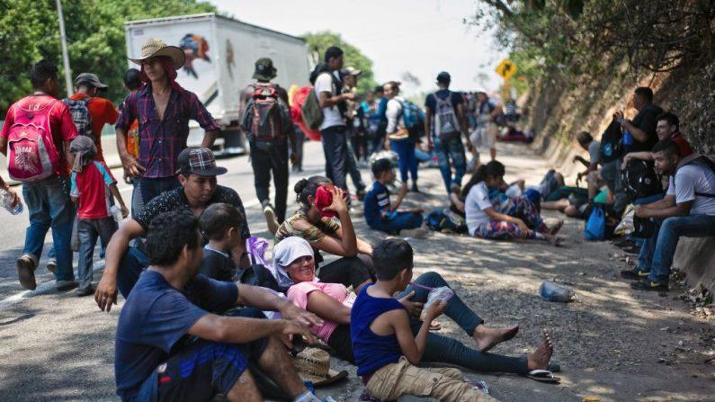 Los migrantes centroamericanos que se dirigen en una caravana a los EE. UU. Descansan cerca de Huehuetan, estado de Chiapas, México, el 15 de abril de 2019. - Un grupo de 350 migrantes centroamericanos se abrió paso a México el viernes, dijeron las autoridades, cuando llegó una nueva caravana de alrededor de 2500 personas. (PEP COMPANYS / AFP / Getty Images)
