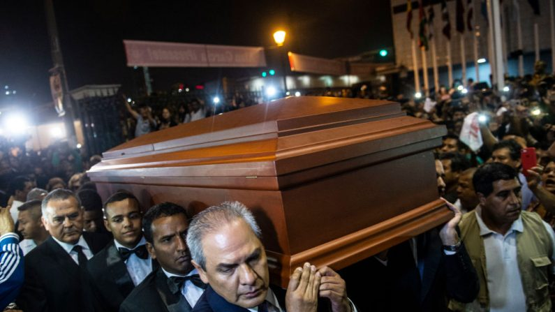 El ataúd con los restos del difunto expresidente peruano Alan García llega a la sede del partido Alianza Popular Revolucionaria Americana (APRA) en Lima, el 17 de abril de 2019. (ERNESTO BENAVIDES/AFP/Getty Images)