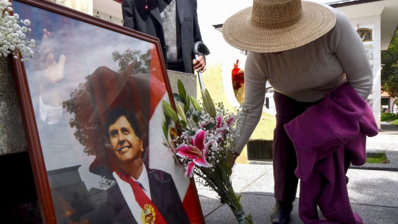 Los partidarios del ex presidente peruano Alan García instalaron un monumento en el cementerio de la ciudad de Huancayo, 350 kilómetros al este de Lima, el 18 de abril de 2019. (CRIS BOURONCLE/AFP/Getty Images)