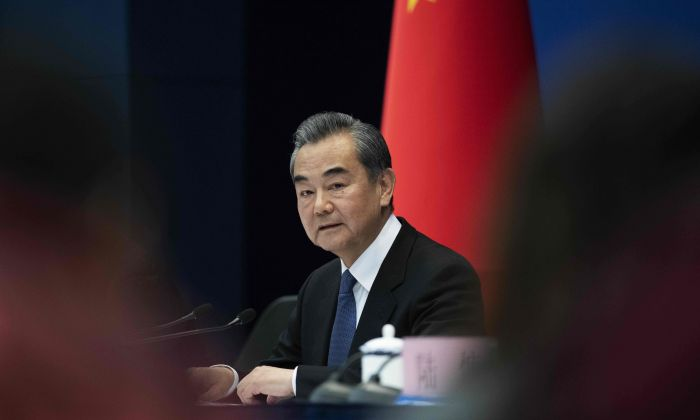 El ministro de Relaciones Exteriores de China, Wang Yi, habla durante una conferencia de prensa sobre la Cumbre 'Una Franja, Una Ruta' en el Ministerio de Relaciones Exteriores en Beijing, el 19 de abril de 2019. (NICOLAS ASFOURI/AFP/Getty Images)