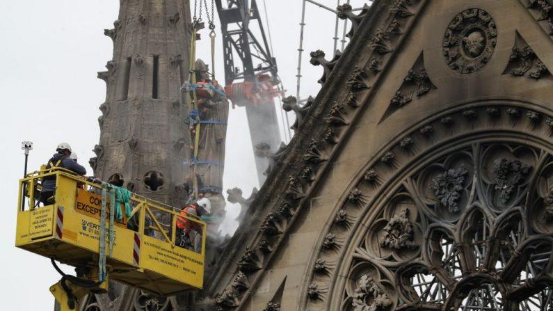Técnicos trabajan en la catedral de Notre-Dame de París el 23 de abril de 2019, una semana después de que un incendio devastara la catedral.  (KENZO TRIBOUILLARD/AFP/Getty Images)