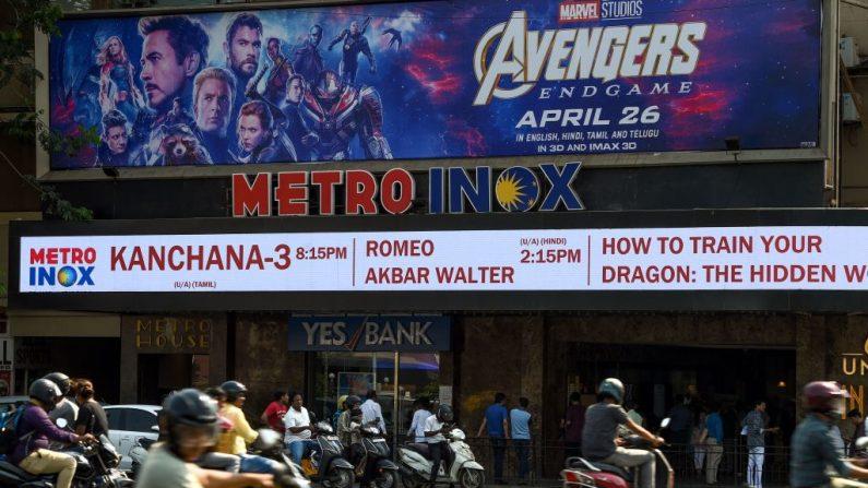 Los vehículos indios pasan por un cine que muestra un póster de la última película de Avengers, en Mumbai el 25 de abril de 2019. - 'Avengers: Endgame' de Marvel, la última película de superhéroes que batió todos los récords de India con más de 2,5 millones de reservas de entradas anticipadas que superan a otras de Hollywood, y las películas de Bollywood (MUKHERJEE/AFP/Getty Images)