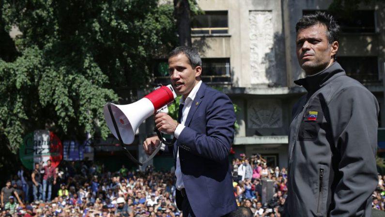 Presidente encargado venezolano, Juan Guaidó (c), junto al destacado político opositor Leopoldo López, en Caracas (Venezuela) el 30 de abril de 2019. (CRISTIAN HERNANDEZ/AFP/Getty Images)