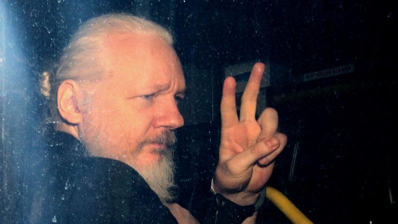 Julian Assange hace un gesto a los medios de comunicación desde un vehículo de la policía a su llegada a la Corte de Magistrados de Westminster el 11 de abril de 2019 en Londres, Inglaterra. Después de semanas de especulación, el fundador de Wikileaks, Julian Assange, fue arrestado esta mañana por oficiales de la policía de Scotland Yard dentro de la embajada ecuatoriana en el centro de Londres. El presidente de Ecuador, Lenin Moreno, retiró el asilo de Assange después de siete años citando repetidas violaciones a las convenciones internacionales. (Jack Taylor/Getty Images)