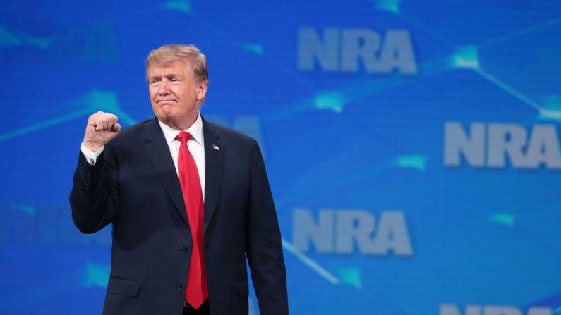 El presidente de los Estados Unidos, Donald Trump, hace un gesto a los presentes en el Foro de Liderazgo de la NRA-ILA en la 148ª Reunión Anual de la NRA el 26 de abril de 2019 en Indianápolis, Indiana. (Scott Olson/Getty Images)