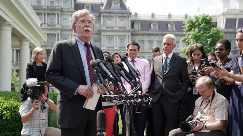 El asesor de seguridad nacional de la Casa Blanca, John Bolton, habla con periodistas fuera del ala oeste de la Casa Blanca el 30 de abril de 2019 en Washington, DC.  (Chip Somodevilla/Getty Images)