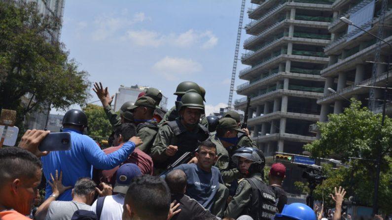 Oficiales militares pro-Guaidó se unen a partidarios el 30 de abril de 2019 en Caracas, Venezuela. (Rafael Briceno/Getty Images)