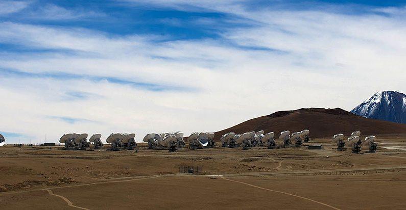 Antenas de radiotelescopios del proyecto ALMA (Atacama Large Millimeter / submillimeter Array), en la meseta de Chajnantor, desierto de Atacama, a unos 1500 km al norte de Santiago, el 12 de marzo de 2013. ALMA, un proyecto de asociación internacional de Europa, América del Norte y Asia Oriental con la cooperación de Chile, es actualmente el proyecto astronómico más grande del mundo. (MARTIN BERNETTI / AFP / Getty Images)
