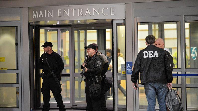 Oficiales de policía armados y agentes de la Agencia de Control de Drogas (DEA) asegurando la entrada principal de un Hospital en Boston. (STAN HONDA/AFP/Getty Images)