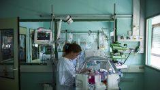 Médicos luchan por salvar la vida de un bebé que nació sin piel
