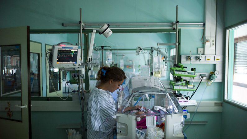 Imagen ilustrativa de una enfermera cuidando a un bebé prematuro. (FRED DUFOUR/AFP/Getty Images)