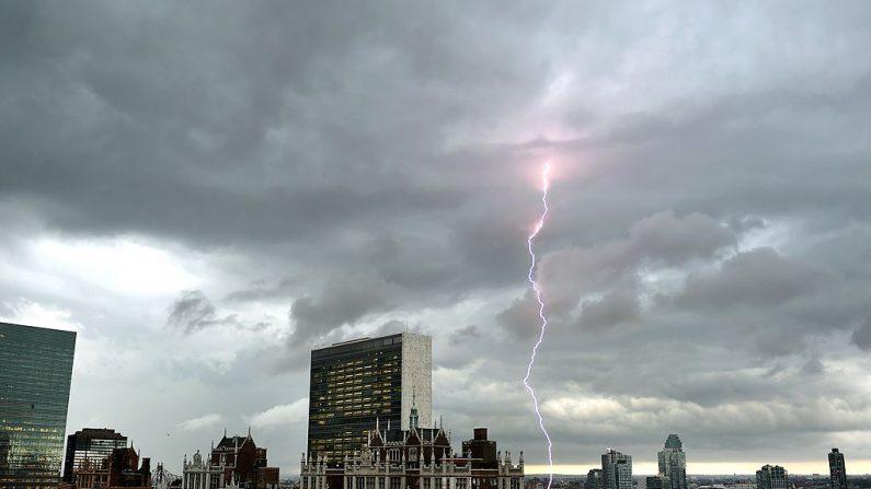 Con las Naciones Unidas y Tudor City en primer plano, los rayos caen en el cielo sobre el East River cuando una tormenta importante se acerca a la ciudad de Nueva York el 2 de julio de 2014. Imagen de archivo. (TIMOTHY A. CLARY/AFP/Getty Images)