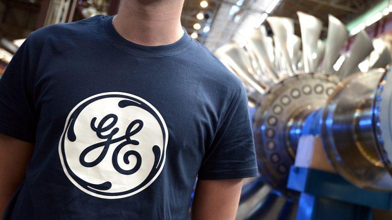 Un trabajador junto a la turbina de gas 9HA, en la planta del conglomerado estadounidense General Electric (GE) en Belfort, al este de Francia, el 28 de mayo de 2015. (FREDERICK FLORIN/AFP/Getty Images)