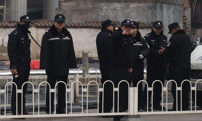 La policía hace guardia ante el Tribunal Popular Intermedio No. 2, donde el abogado de derechos humanos Pu Zhiqiang fue condenado en Beijing, el 22 de diciembre de 2015. (GREG BAKER/AFP/Getty Images)