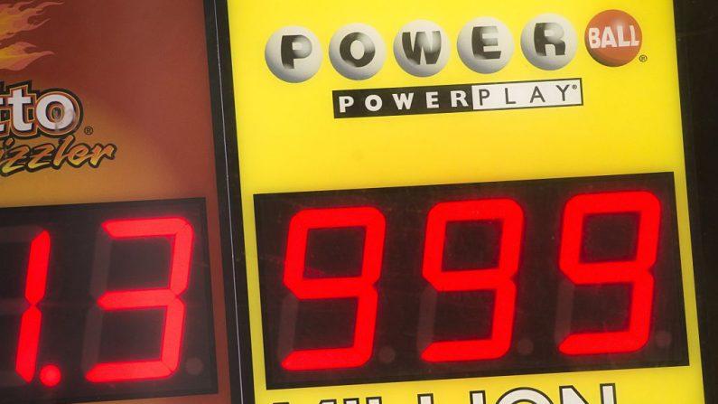 Un cartel que muestra un premio Powerball de $999 millones, el premio mayor que puede mostrar el cartel Powerball. (SAUL LOEB/AFP/Getty Images)