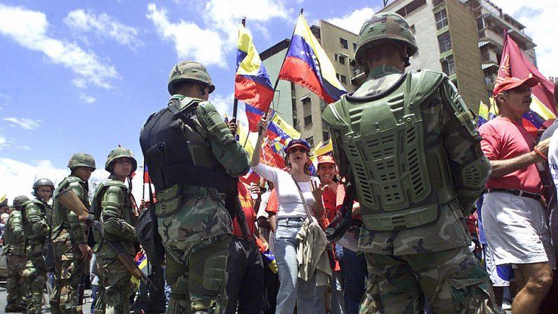 Efectivos de la Guardia Nacional Bolivariana custodian una marcha en Caracas el 16 de mayo de 2004. (ANDREW ALVAREZ/AFP/Getty Images)