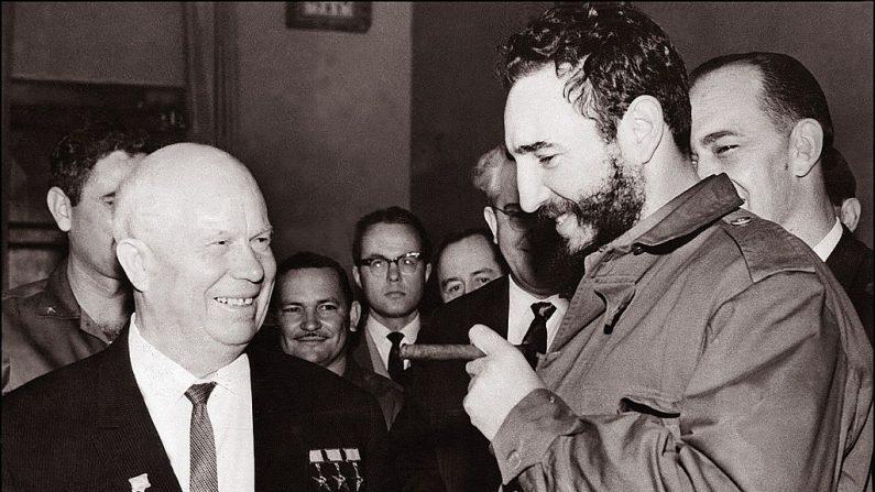 MOSCÚ, RUSIA: El líder cubano Fidel Castro (L) se muestra en una foto de archivo de mayo de 1963, reuniéndose con su homólogo soviético Nikita Khrushchev durante una visita a Moscú. (AFP / Getty Images)