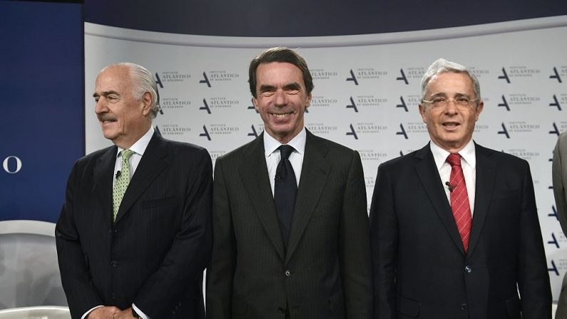 Los ex presidentes colombianos Andrés Pastrana (izq.) y Álvaro Uribe (der.) posan junto al ex presidente del Gobierno español, José María Aznar, durante una conferencia en Madrid el 7 de noviembre de 2016. (PIERRE-PHILIPPE MARCOU/AFP/Getty Images)