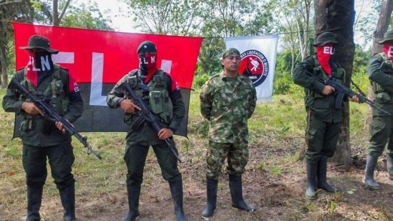 En una imagen de archivo, el soldado colombiano Fredy Moreno (centro), que fue secuestrado por el Ejército de Liberación Nacional (ELN) en Arauca para presionar al Estado, es visto junto a miembros del ELN el 6 de febrero de 2017. (DANIEL MARTINEZ/AFP/Getty Images)