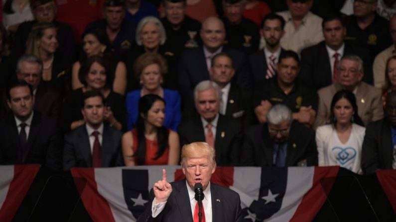 El presidente de Estados Unidos, Donald Trump, habla en el Teatro Manuel Artime de Miami, Florida, el 16 de junio de 2017. El evento marcó el momento en que Trump se comprometió a hacer retroceder el acuerdo de su predecesor, Barack Obama, a favor de medidas de apoyo al pueblo cubano y el fin de la dictadura comunista. (MANDEL NGAN/AFP/Getty Images)