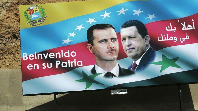 Un cartel con el presidente sirio Bashar al-Assad (izq.) y el presidente venezolano Hugo Chávez (der.) cuelga de una pared el 31 de agosto de 2006 en Damasco, Siria. (Chris Hondros/Getty Images)