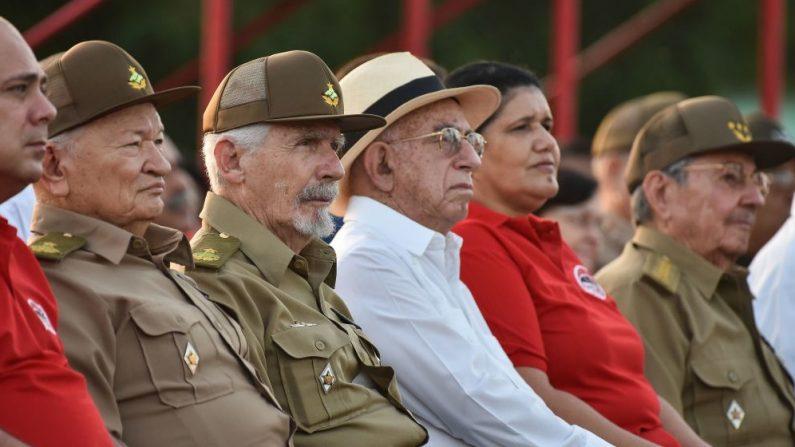 El dictador cubano Raúl Castro (der), el comandante de la Revolución Guillermo García Frías (2º-izq), el vicepresidente cubano del Consejo de Estado Ramiro Valdez (3º-izq), el vicepresidente cubano José Ramón Machado Ventura (3º-izq) y la Primera Secretaria del Partido Comunista en la provincia de Pinar del Río Gladys Martínez (2º-der) durante el 64º aniversario del asalto de la guerrilla al Cuartel Moncada, considerado como el comienzo de la Revolución Cubana, en la provincia de Pinar del Río, el 26 de julio de 2017. (ADALBERTO ROQUE/AFP/Getty Images)