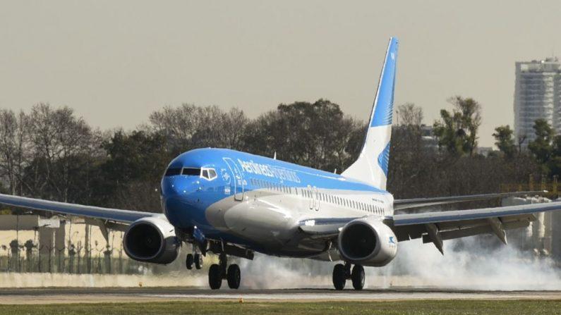 Un avión de Aerolíneas Argentinas aterriza en el Aeropuerto Jorge Newbery de Buenos Aires, el 2 de agosto de 2017. (EITAN ABRAMOVICH/AFP/Getty Images)
