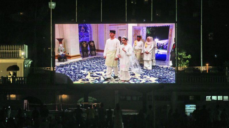 La ceremonia de boda entre el holandés Dennis Muhammad Abdullah y la princesa de Johor Tunku Tun Aminah Maimunah Iskandariah Sultan Ibrahim al llegar al Istana Besar, en Malasia el 14 de agosto de 2017. (ROSLAN RAHMAN/AFP/Getty Images)