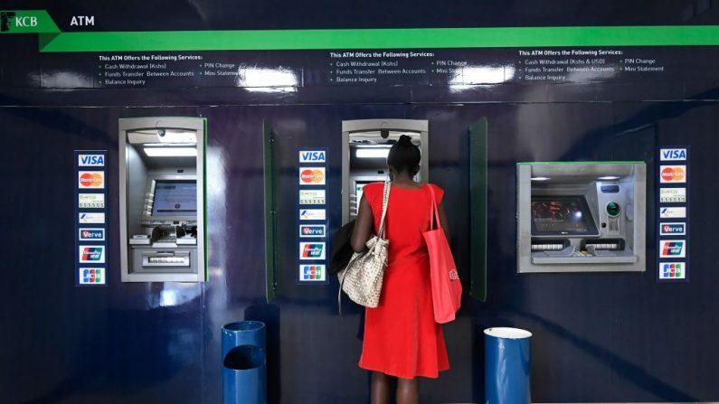 Una mujer usa un cajero automático. Imagen de archivo. (SIMON MAINA/AFP/Getty Images)
