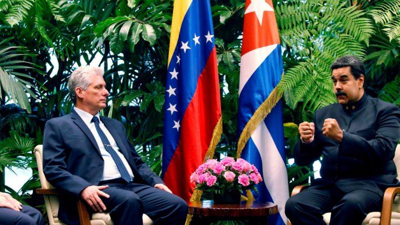 El líder socialista de Venezuela, Nicolás Maduro, conversa con su homólogo de Cuba, Miguel Díaz-Canel, durante su visita oficial a Cuba el 21 de abril de 2018 en La Habana, Cuba. (Ernesto Mastrascusa/Getty Images)