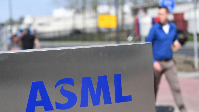 Un empleado pasa junto a un logotipo de ASML, una empresa holandesa que actualmente es el mayor proveedor del mundo de máquinas para la fabricación de semiconductores a través de sistemas de fotolitografía en Veldhoven el 17 de abril de 2018. (Foto de EMMANUEL DUNAND / AFP) (El crédito de la foto: EMMANUEL DUNAND/AFP/Getty Images)