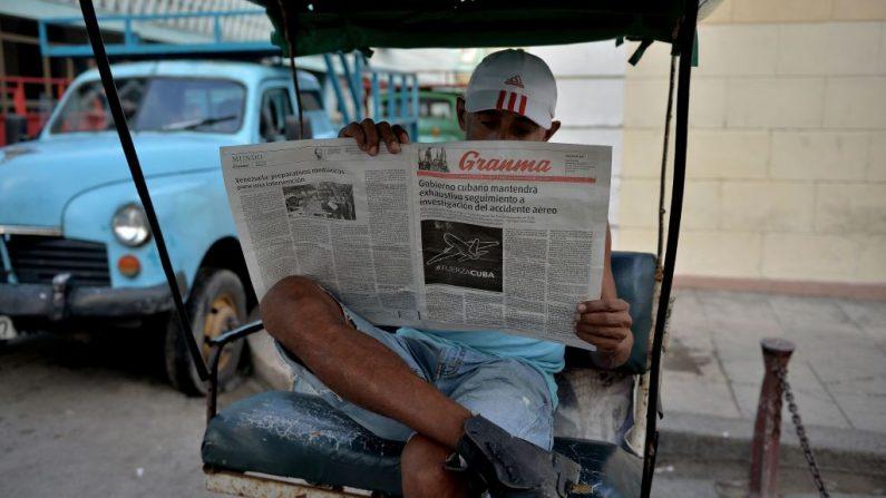 Un hombre lee el periódico oficial cubano Granma en La Habana, el 19 de mayo de 2018. (YAMIL LAGE/AFP/Getty Images)