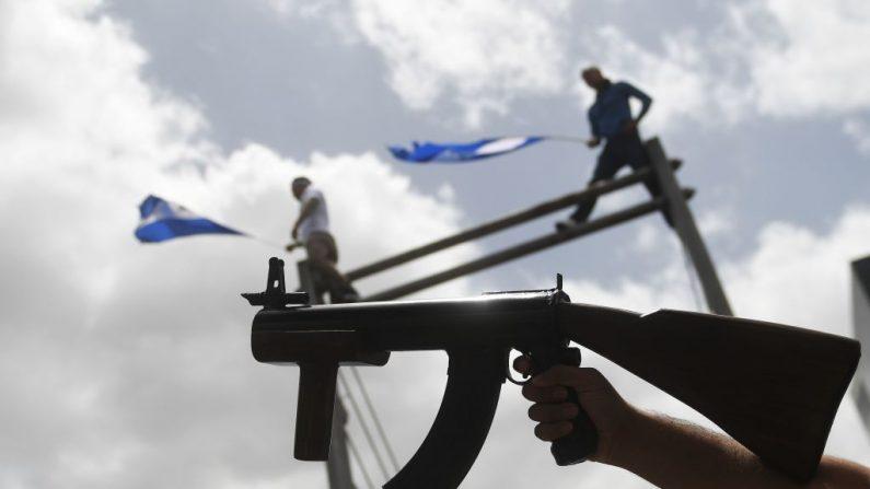 """Un manifestante armado participa en la """"Marcha de las Flores"""" -en honor a los niños asesinados durante las protestas- en Managua el 30 de junio de 2018. (MARVIN RECINOS/AFP/Getty Images)"""