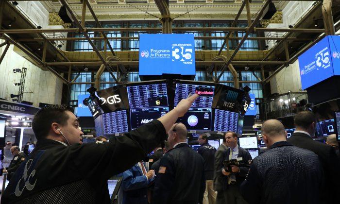 Los operadores trabajan en el piso de la Bolsa de Valores de Nueva York, el 3 de enero de 2019. (Spencer Platt/Getty Images)