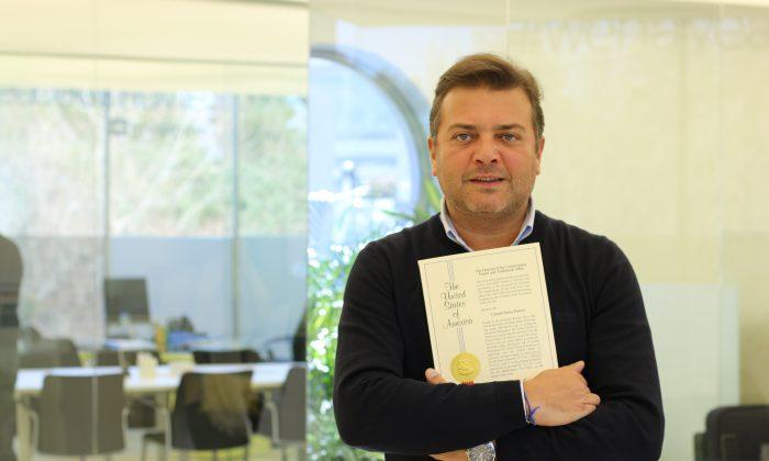 El emprendedor portugués Rui Pedro Oliveira sosteniendo un certificado de la patente de su cámara acoplable al celular. (Imagen provista)